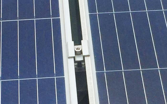 kẹp chữ u giữa 2 tấm pin mặt trời