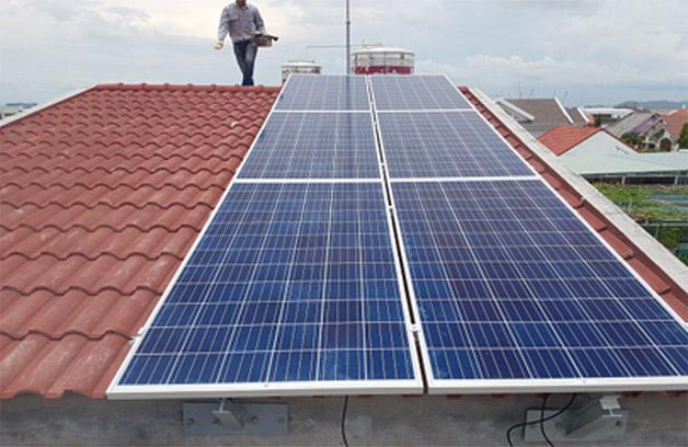 khung giá đỡ pin mặt trời trên mái ngói